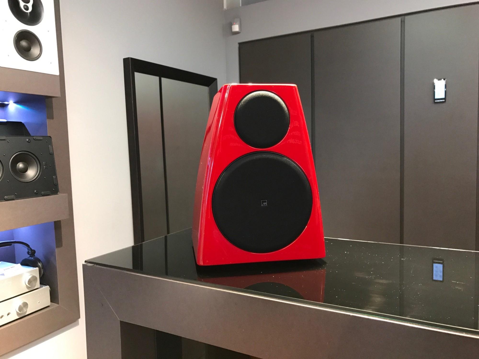 Enceinte bibliothèque active Meridian Audio DSP3200 personnalisée en rouge Ferrari