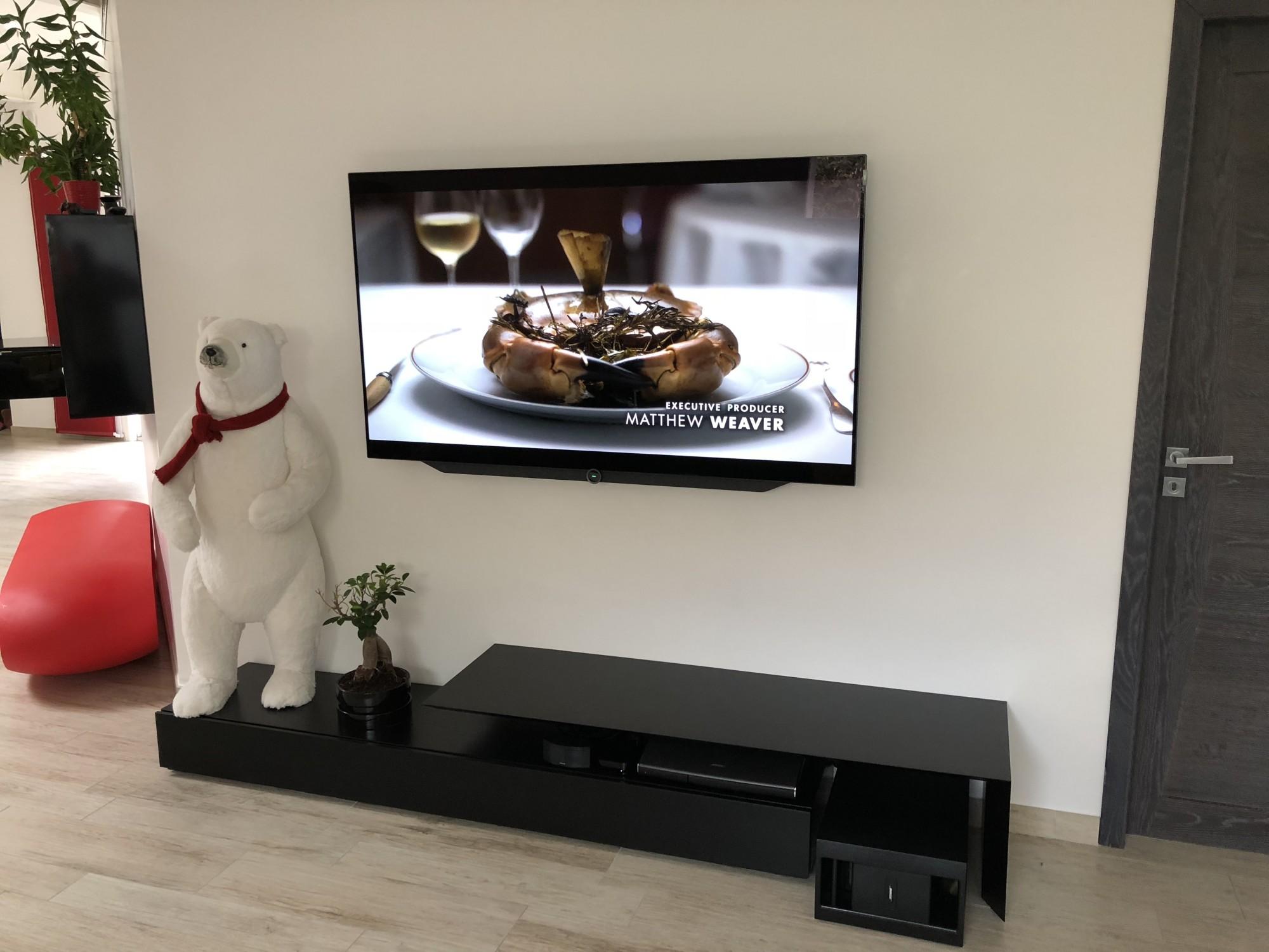 Mise en place d'un TV OLED LOEWE Bild 7.65 au mur à Montpellier